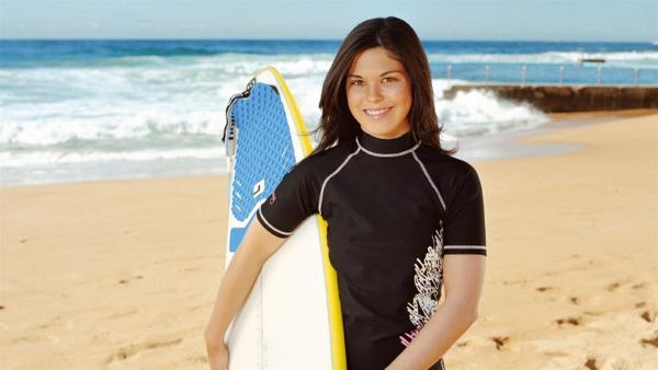 "Bec (Kate Bell) fühlt sich am Strand von ""Blue Water"" wie zuhause. | Rechte: NDR/Southern Star Entertainment"