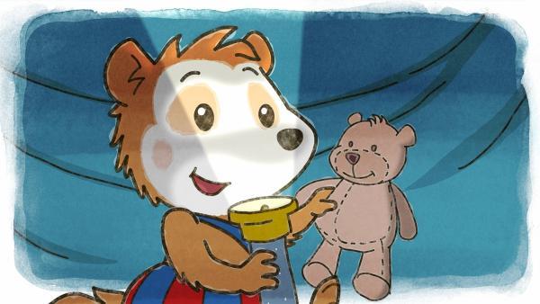 Mit dem Teddy und einer Taschenlampe spielt Bobo in seiner Höhle unter dem Küchentisch. | Rechte: JEP ANIMATION/WDR