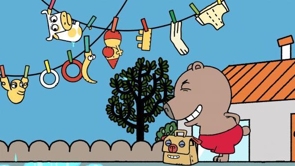 Boris und Gerhard lachen, denn die Spielzeuge hängen auf der Wäscheleine. | Rechte: MDR/Les Films de l'Alequin/Motion Works/FilmVermoegen