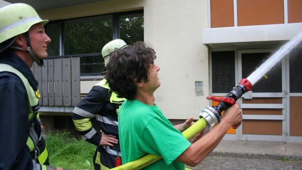 Der Feuerwehr-Check / Checker Can auf einer Großübung der Berufsfeuerwehr München in Wildflecken. | Bild: BR/megaherz gmbh/Hans-Florian Hopfner | Rechte: BR/megaherz gmbh/Hans-Florian Hopfner