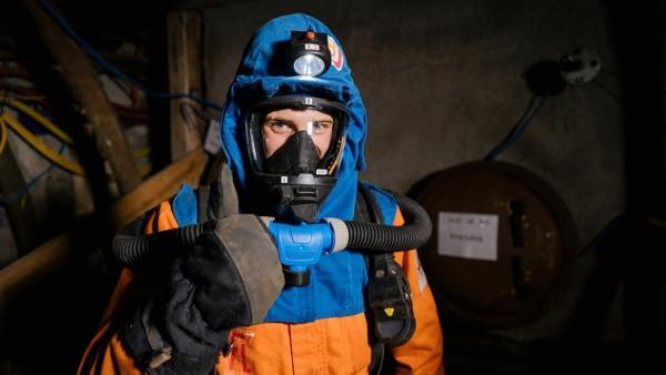 Der Bergwerk-Check | Julian in spezieller Arbeitskleidung der Grubenwehr. | Bild: BR | megaherz gembh | Hans-Florian Hopfner | Rechte: BR | megaherz gembh | Hans-Florian Hopfner