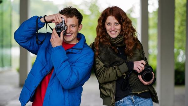 Der Fotografie-Check | Julian hat eine alte Fotokamera vom Flohmarkt, Fotografin Laura eine moderne Digitalkamera. | Bild: BR/megaherz gmbh/Markus Schindler | Rechte: BR/megaherz gmbh/Markus Schindler