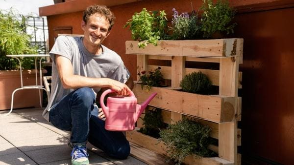 Der Garten- und Balkon-Check / Auf seinem Stadtbalkon baut Checker Julian ein platzsparendes Kräuterbeet. | Bild: BR / megaherz GmbH | Rechte: BR / megaherz GmbH