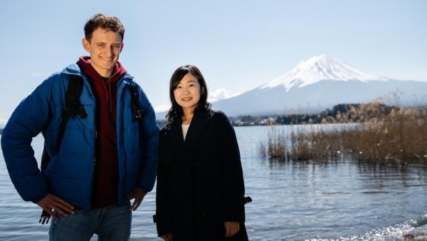 Der Japan-Check / Der Fuji ist der höchste Berg Japans und Julians erste Station. Hier trifft er Haruka, die sich hervorragend in Japan auskennt und zum Glück auch deutsch spricht. | Bild: BR/megaherz gmbh/Hans-Florian Hopfner | Rechte: BR/megaherz gmbh/Hans-Florian Hopfner