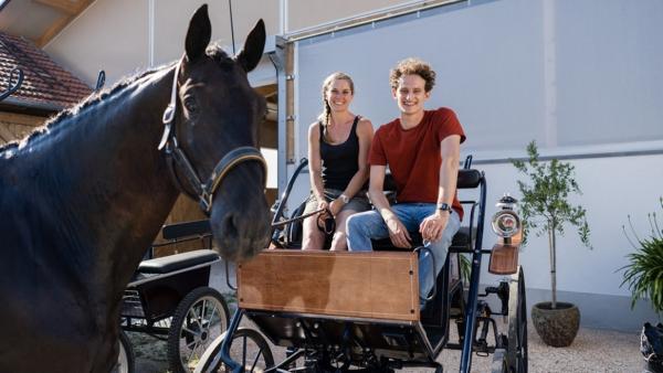 Der Kutschen-Check | Mit Conny und ihrem Pferd Trakki lernt Julian das Kutschefahren | Bild: BR | Megaherz Film- und Fernsehen GmbH | Rechte: BR | Megaherz Film- und Fernsehen GmbH