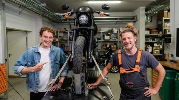 Der Motorrad-Check / Gemeinsam mit Mechaniker Basti checkt Julian wie ein Motorradmotor funktionert. | Bild: BR / megaherz GmbH | Rechte: BR / megaherz GmbH