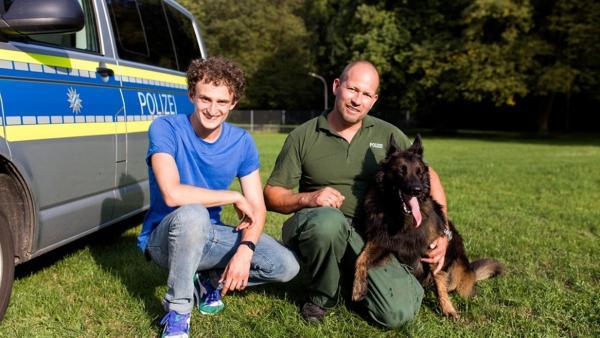 Der Polizei-Check / Julian mit Polizeihund Tiger und dem Hundeführer Manu   Bild: BR / megaherz GmbH   Rechte: BR / megaherz GmbH