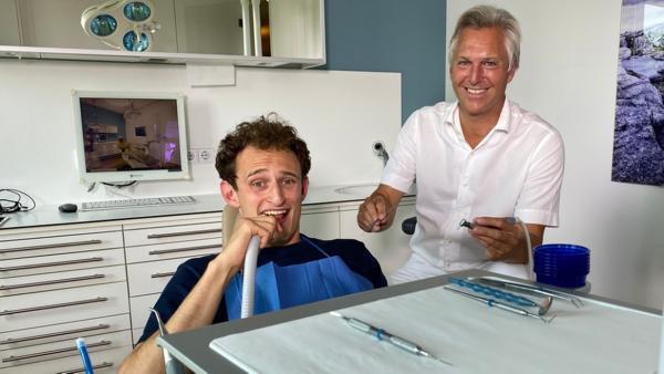 Der Schmerz-Check   Zahnarzt Marc zeigt Checker Julian, wie er Schmerzen betäubt.   Bild: BR   megaherz film- und fernsehen gmbh   Rechte: BR   megaherz film- und fernsehen gmbh