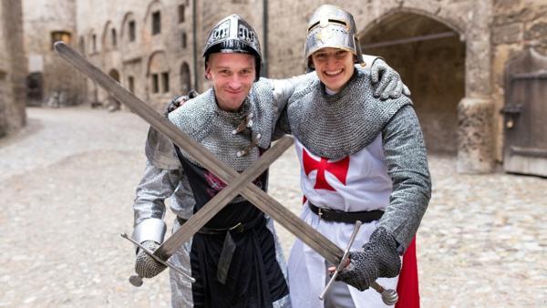 Der Schwert-Check / Julian mit Schwert-Experte Tom auf der Burg Burghausen. | Bild: BR / megaherz GmbH | Rechte: BR / megaherz GmbH