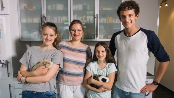 Der Tierarzt-Check / Beim Tierarzt: Julian checkt mit Kleintieräztin Sandra, warum auch Tiere mal zum Arzt müssen. | Bild: BR / megaherz GmbH | Rechte: BR / megaherz GmbH