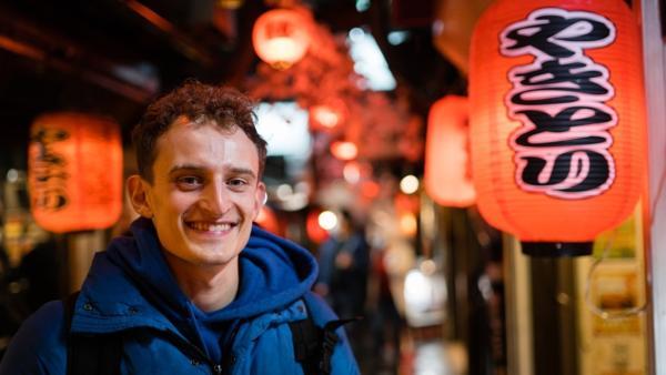 Der Tokio-Check / Bei Nacht ist Tokio ganz besonders bunt. Julian ist auf Entdeckungstour! | Bild: BR/megaherz gmbh/Hans-Florian Hopfner | Rechte: BR/megaherz gmbh/Hans-Florian Hopfner