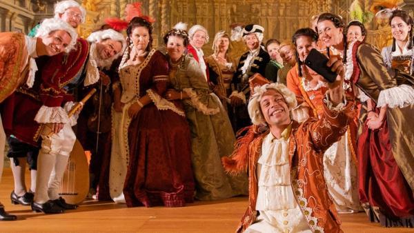 Der Barock-Check / Tobi macht ein Selfie mit den Darstellern seiner barocken Oper | Bild: BR / megaherz gmbh | Rechte: BR / megaherz gmbh