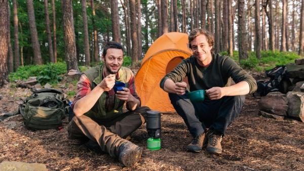 Der Camping-Check / Von Outdoor-Experte Joe kann Tobi noch einiges lernen... | Bild: BR / megaherz GmbH | Rechte: BR / megaherz GmbH