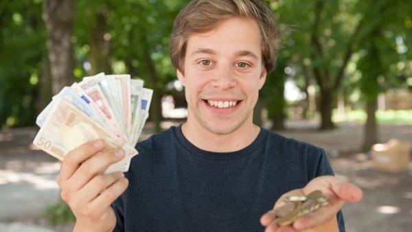 Der Geld-Check / Tobi zeigt Münzen und Geldscheinen   Bild: megaherz GmbH/Florian Hopfner   Rechte: megaherz GmbH/Florian Hopfner