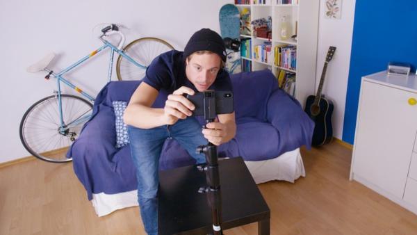 Der Handy-Check / Tobi macht mit seinem Handy ein Video für seinen youtube-Kanal CHECKER WELT | Bild: BR / megaherz GmbH | Rechte: BR / megaherz GmbH