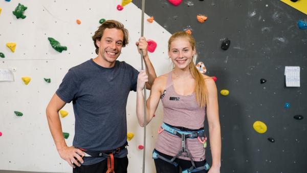 Der Kletter-Check | Checker Tobi und Hannah Meul vor der Kletterwand | Bild: BR | megaherz film und fernsehen gmbh | Rechte: BR | megaherz film und fernsehen gmbh