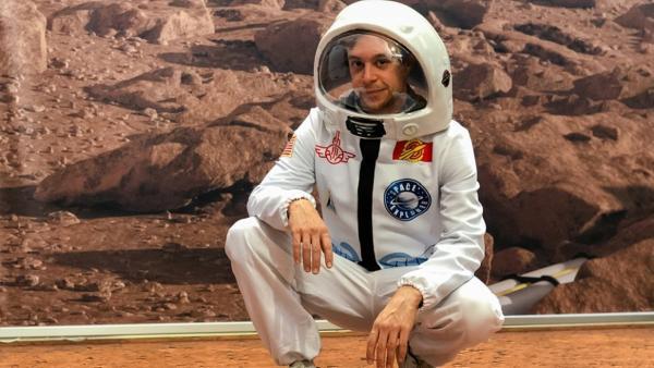 Der Mars-Check |  Im Mars-Raumanzug gehts für den Checker (Tobias Krell) auf Mars-Erkundung | Bild: BR | megaherz film- und fernsehen gmbh | Rechte: BR | megaherz film- und fernsehen gmbh