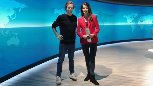 Der Nachrichten-Check / Checker Tobi mit Linda Zervakis im Tagesschau-Studio in Hamburg. | Bild: BR/megaherz gmbh/Esra Bonkowski | Rechte: BR/megaherz gmbh/Esra Bonkowski