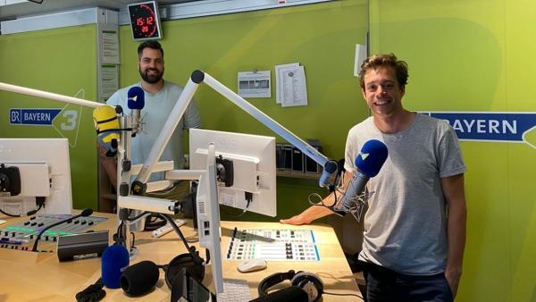 Der Radio-Check / Checker Tobi (rechts) zu Gast bei Sascha im Radio-Studio. | Bild: BR/megaherz gmbh/Judith Issig | Rechte: BR/megaherz gmbh/Judith Issig
