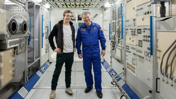Der Raumfahrt-Check / Tobi (links) und Raumfahrer Reinhold Ewald im Forschungsmodul der ISS in Köln. | Bild: BR/megaherz GmbH | Rechte: BR/megaherz GmbH
