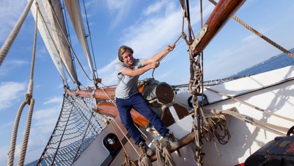 Der Segel-Check / Tobi Krell setzt die Segel auf der Thor Heyerdahl | Bild: BR / Megaherz GmbH / Hopfner | Rechte: BR / Megaherz GmbH / Hopfner
