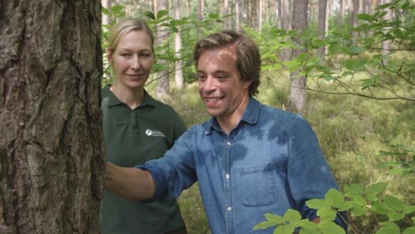 Der Wald-Check / Tobi und Forstwissenschaftler Christian schweben gleich mit dem Kran in die Baumwipfel | Bild: BR / megaherz GmbH | Rechte: BR / megaherz GmbH