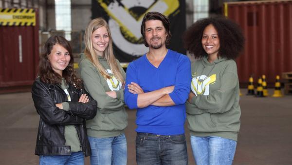 V.l.: Moderator Tommy Scheel mit dem Mädchen Team von Checkpoint, Staffel 1: Maja, Charlotte, Tommy Scheel und Charlaine.  | Rechte: ZDF/Frank W. Hempel