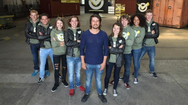 Moderator Tommy Scheel mit dem Checkpoint-Team aus der 2. Staffel | Rechte: ZDF/Frank W. Hempel