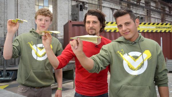 Kenneth, Tommy Scheel und Cem mit Papierfliegern beim Luftdrucktest | Rechte: ZDF/Martin Pieck