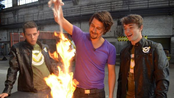 Cem, Tommy Scheel und Felix (v.l.n.r.) experimentieren. | Rechte: ZDF/Martin Pieck