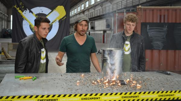 Das Checkpoint Team - Cem, Tommy Scheel und Kenneth - nach dem Test, als 30.000 Streichholzköpfe gleichzeitig angezündet wurden | Rechte: ZDF/Martin Pieck
