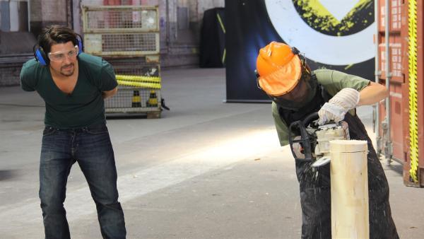 Mit einer Motorsäge müssen Baumscheiben so aus einem Stamm geschnitten werden, dass sie dabei aufeinander liegen bleiben.  | Rechte: ZDF/Frank W. Hempel