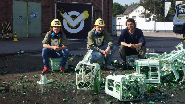 Wasserflaschen können laut sein. Leopold, David und Tommy Scheel in den Scherben des Dezibel-Tests. | Rechte: ZDF/Sina Klaus