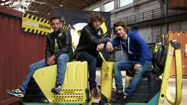 Cem, Felix und Tommy Scheel mit einer Straßenwalze | Rechte: ZDF/Sina  Klaus