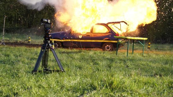 Checkpoint goes Hollywood! Beim Kracher der Woche lässt Checkpoint ein Auto filmreif explodieren. | Rechte: ZDF/Sina Klaus