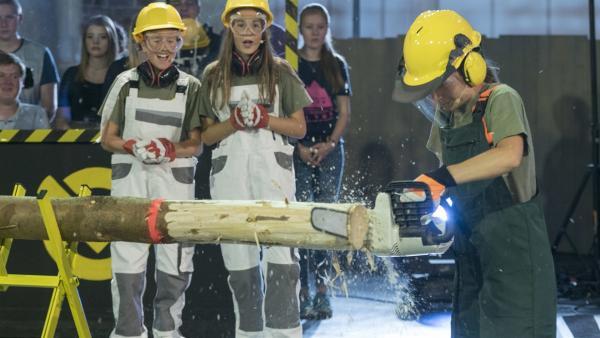 Die Mädchen sägen um den Sieg. Im großen CO2 Battle testet Moderator Tommy Scheel auch die unbekannteren und überraschenden Eigenschaften des Gases. | Rechte: ZDF/Max Kohr