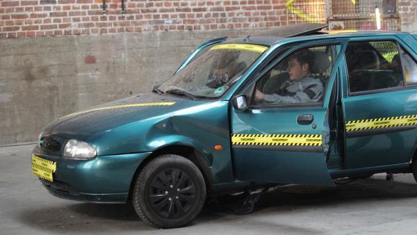Auf der Überholspur und das ohne Motor. Mit den Füßen bewegen Leopold und Cem ein Auto. | Rechte: ZDF/Sylvia Wolf