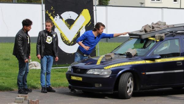 Niemals eine Auto-Dachbox überladen. Was passiert, wenn man diesen Hinweis ignoriert? Für diesen Checkpoint-Test braucht es einen Stuntman. | Rechte: ZDF/Sylvia Wolf