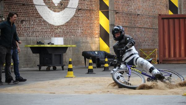 Bremsen mit dem Fahrrad auf Sand? Keine gute Idee. Was passiert, wenn man es doch versucht, das darf Kenneth ausprobieren. | Rechte: ZDF/Sylvia Wolf