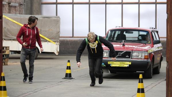 Stärker werden ohne Training und Schweiß. Vorher wird getestet wie schnell David beim Autoziehen wirklich ist. | Rechte: ZDF/Sylvia Wolf