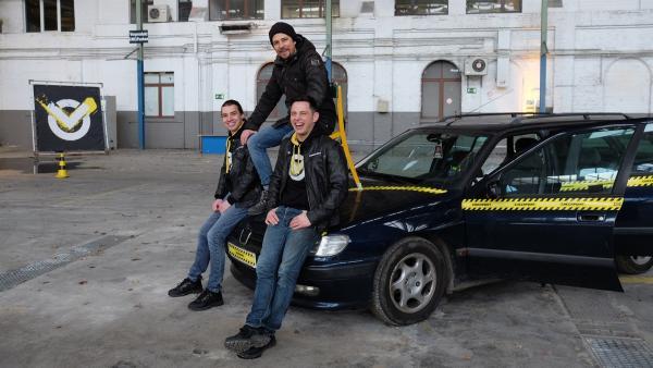 Wie kann man möglichst viele Personen mit einem Auto transportieren? Nur gut, dass Leopold, Tommy Scheel und Cem das in der Checkpoint-Halle testen. | Rechte: ZDF/Cécilia Tussiau