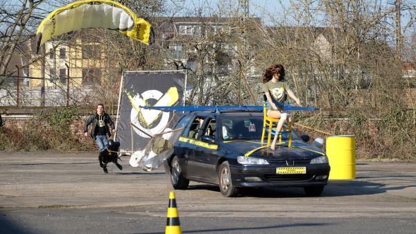 Checkpoint versucht möglichst viele Personen mit einem Auto zu transportieren. Können Fallschirm, Hängematten und Stühle dabei helfen? | Rechte: ZDF/Cécilia Tussiau