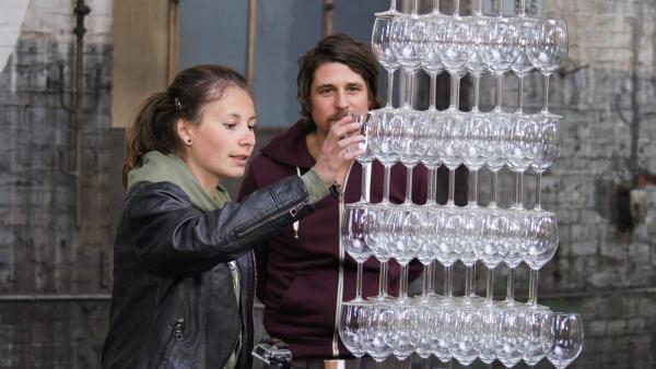 Nur nicht das falsche Glas entfernen. Maja beweist Geschick am Gläserturm, Moderator Tommy Scheel fiebert mit. | Rechte: ZDF/Sina Klaus