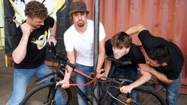 Checkpoint: Moderator Tommy Scheel und das Checkpoint-Testteam stehen um ein Fahrrad herum und versuchen, das Schloss zu knacken.  | Rechte: ZDF