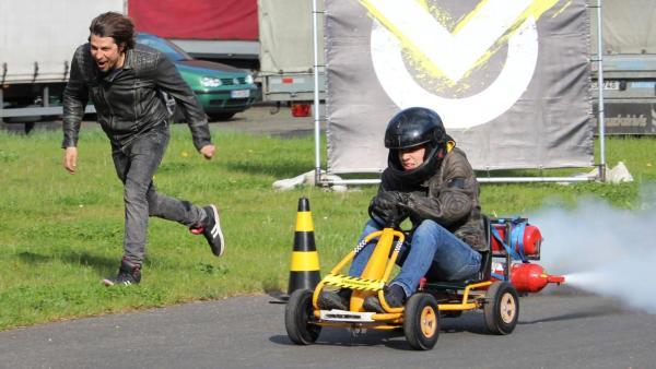 Ein Minikart mit Motorantrieb lässt die Reifen qualmen | Rechte: ZDF