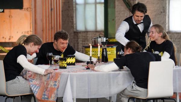 Das Checkpoint-Team isst Spaghetti ohne Hände.  | Rechte: ZDF