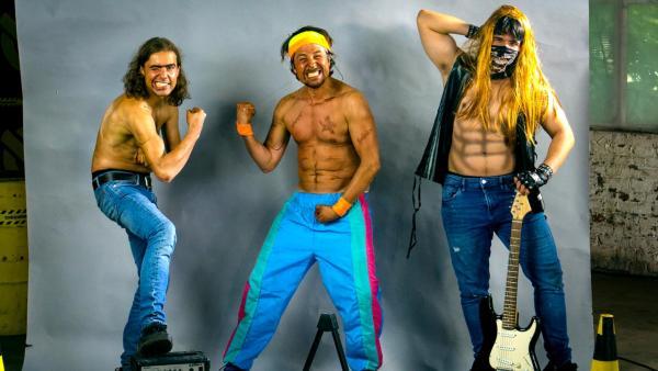 Tommy und zwei weitere Männer posieren mit verrückten Verkleidungen und aufgemalten Sixpacks. | Rechte: ZDF