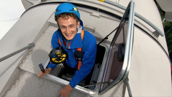 Das Energiespardorf   Checker Julian auf einer Windkraftanlage   Bild: BR   megaherz gmbh - Pius Neumaier   Rechte: BR   megaherz gmbh - Pius Neumaier