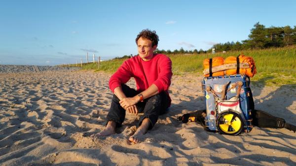 Dem Klimawandel auf der Spur | Checker Julian blickt auf die Ostsee. | Bild: BR | megaherz gmbh, Thomas Spitschka | Rechte: BR | megaherz gmbh, Thomas Spitschka