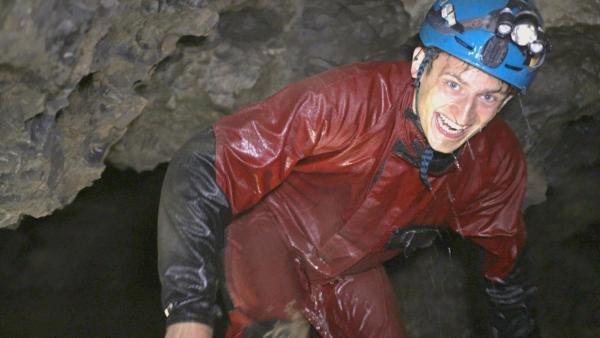 Klimazeitreise unter der Erde   Checker Julian muss selbst in einer Höhle auf Tauchstation.   Bild: BR   megaherz gmbh, Pius Neumaier   Rechte: BR   megaherz gmbh, Pius Neumaier